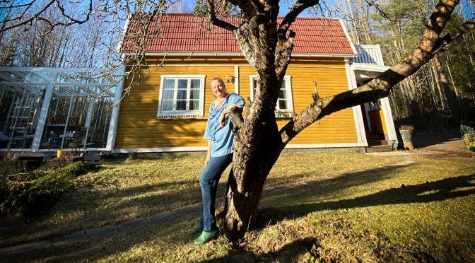 totte, omenapuu ja keltainen talo