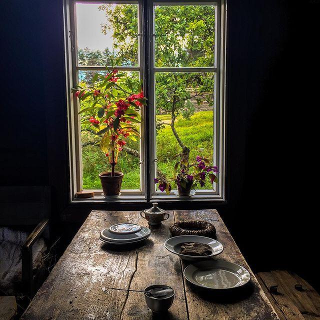 tuvan pöytä, ikkunasta kesänäkymä