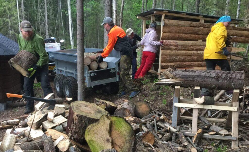 ihmisiä polttopuutalkoissa