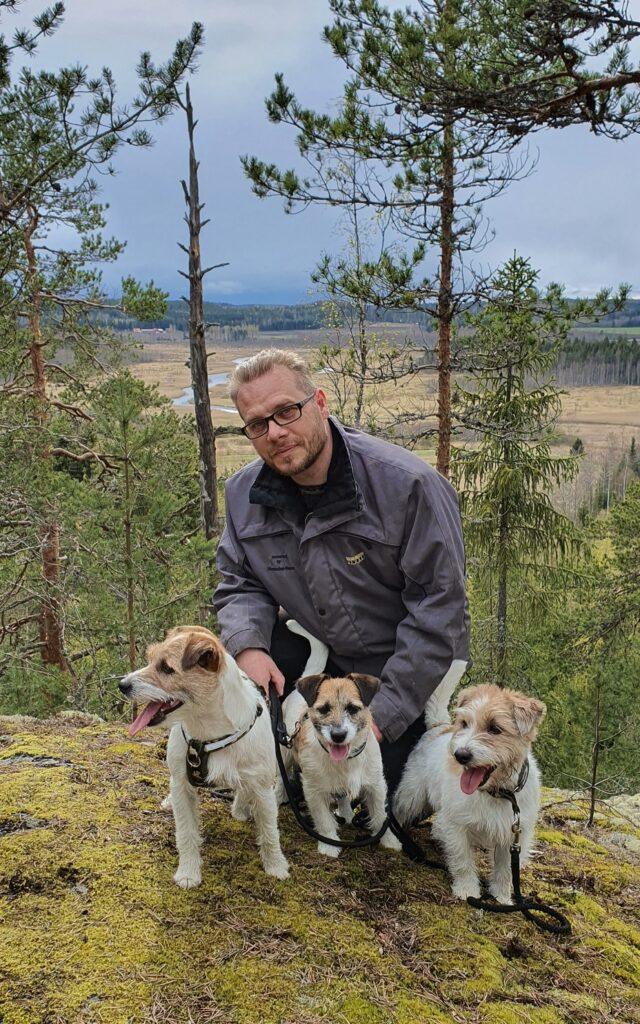 mies ja kolme terrieriä