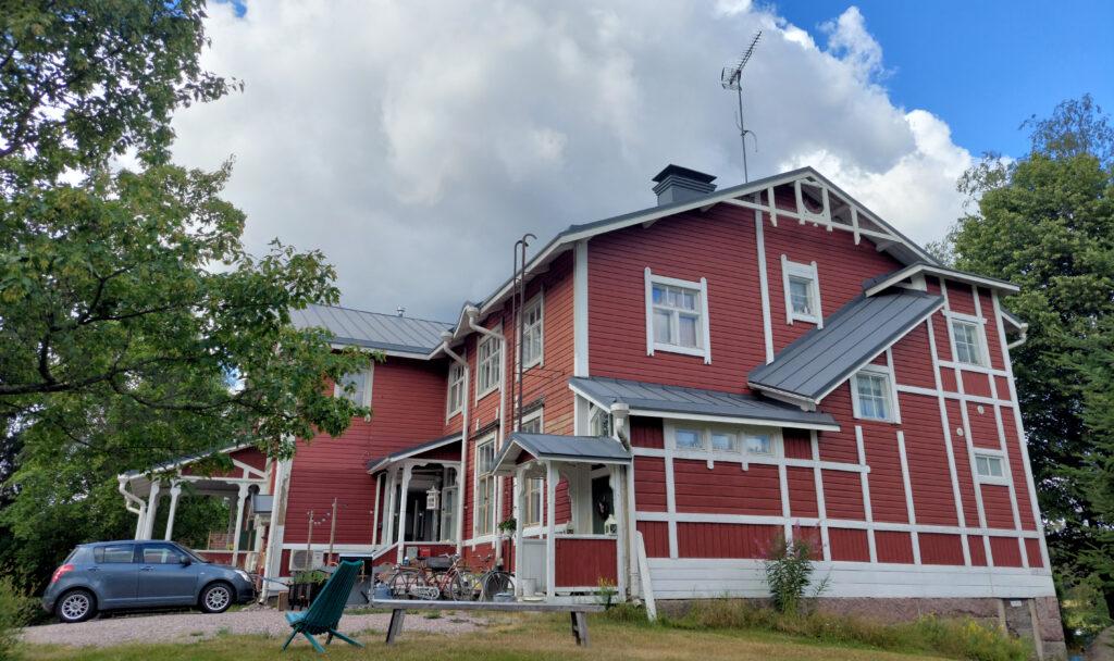 Napialan koulurakennus.
